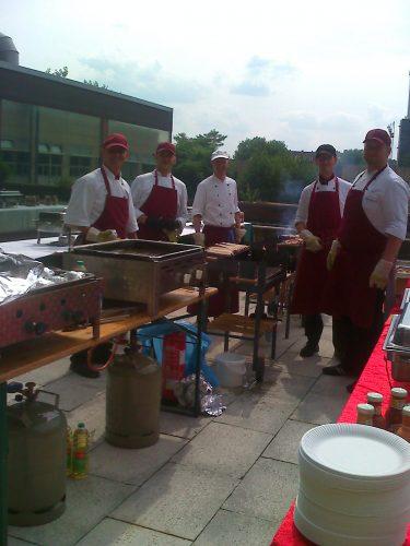 Schellhas Event & Catering, Axel Schellhas steht mit Köchen zusammen am Grill, BBQ auf Dachterrasse