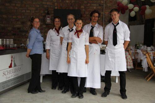 Schellhas Event & Catering, Service, Team steht zusammen, Frauke Schellhas steht bei ihrem Team