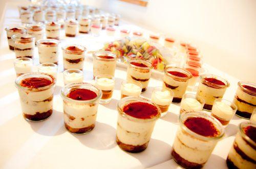 Nachspeisen, Tiramisu in Weckgläsern, frische Obstspieße, Panna Cotta im Glas