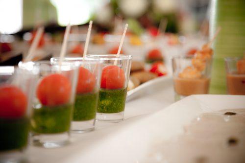Tomate-Mozzarella am Spieß im Fingerfood-Glas