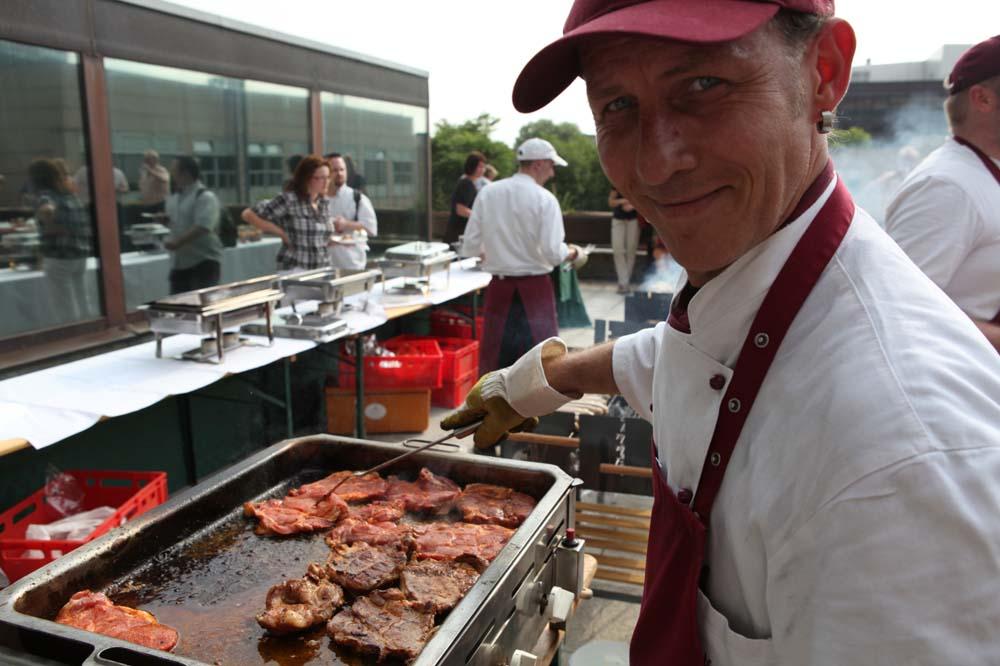 Axel Schellhas lächelt in die Kamera, Koch am Grill, BBQ auf Dachterrasse